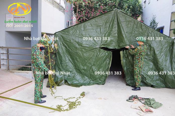 Nhà bạt dã chiến bộ đội đang lắp dựng