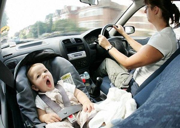 Để trẻ ngồi quá lâu trong oto dưới thời tiết nóng có thể dẫn đến tử vong